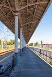 Plataforma vacía larga del ferrocarril suburbano imagen de archivo libre de regalías