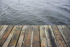 Plataforma y agua de madera Fotografía de archivo libre de regalías