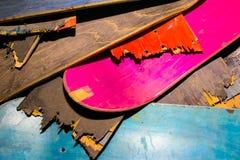 Plataformas coloridas quebradas do skate empilhadas sobre se, s imagens de stock royalty free
