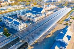 Plataformas da estrada de ferro cobertas com os telhados de vidro Poucos passageiros na estação fotografia de stock royalty free