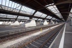 Plataformas en el ferrocarril principal de Zurich Foto de archivo