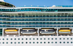 Plataformas no navio de cruzeiros luxuoso sobre barcos salva-vidas Fotos de Stock