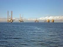 Plataformas petrolíferas no delta de Cromarty foto de stock royalty free