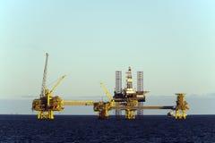 Plataformas petrolíferas no Mar do Norte imagem de stock