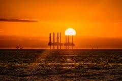 Plataformas petrolíferas a pouca distância do mar foto de stock royalty free