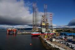 Plataformas petrolíferas a pouca distância do mar Invergordon Escócia fotos de stock