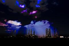 Plataformas petrolíferas a pouca distância do mar no porto Fotos de Stock Royalty Free