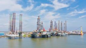 Plataformas petrol?feras no porto fotografia de stock royalty free