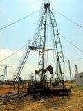 Plataformas petroleras abandonadas Enchufes de la bomba de aceite imagenes de archivo