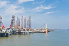 Plataformas petroleras en el puerto foto de archivo libre de regalías