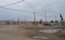 Plataformas petroleras en Oildale, California Imágenes de archivo libres de regalías