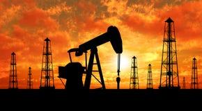 Plataformas petroleras y bombas de la silueta Fotografía de archivo