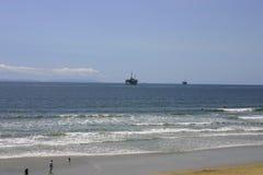Plataformas petroleras y playa foto de archivo libre de regalías