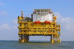 Plataformas a pouca distância do mar foto de stock