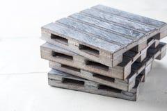 Plataformas vacías de madera grises en los tableros blancos Copie el espacio Fotografía de archivo