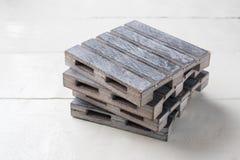 Plataformas vacías de madera grises en los tableros blancos Copie el espacio Imagen de archivo libre de regalías