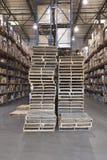Plataformas y cajas apiladas en Warehouse fotos de archivo