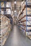 Plataformas y cajas apiladas en Warehouse imagen de archivo