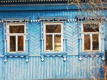 Platbands dans le vieux village, un village russe dans l'hinterland de la Russie, image stock