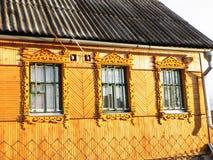 Platbands en el pueblo viejo, un pueblo ruso en la zona de influencia de Rusia, fotos de archivo