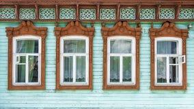 Platbands scolpiti in una casa di legno russa Fotografie Stock