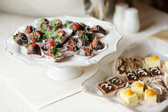 A plate of chocolate covered strawberries Royalty Free Stock Photos