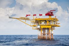 Plate-forme à distance de tête de puits de pétrole marin et de gaz où les gaz et le brut ont produit alors envoyé à la plate-form image libre de droits