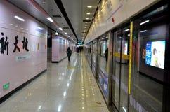 Plate-forme à la station de métro Chine de Changhaï Photographie stock libre de droits
