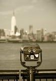 Plate-forme d'observation avec des jumelles, vue de New York City Photos stock