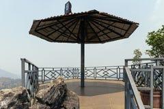 Plate-forme d'observation avec le toit dans le secteur de Sam Bay Cloud Yard chez Ham Rong Mountain Park dans la PA de SA, Vietna photos stock