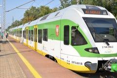 Plate-forme de approche de train rapide de ville photos stock