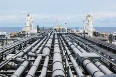 Plate-forme de bateau-citerne de pétrole brut avec la canalisation de cargaison photos stock