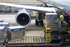 Plate-forme de chargement de fret aérien aux avions Images libres de droits
