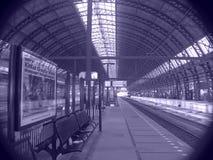 Plate-forme de gare de chemin de fer Photos stock
