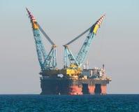 Plate-forme de gaz et pétrolière Photos libres de droits
