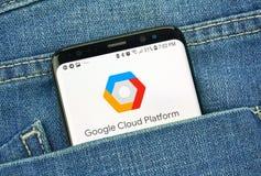 Plate-forme de Google Cloud sur un écran de téléphone dans une poche images stock