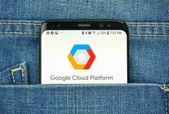 Plate-forme de Google Cloud sur un écran de téléphone dans une poche image stock
