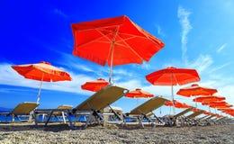 Plate-forme de lit de parapluie sur Pebble Beach avec le ciel bleu Images libres de droits