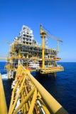 Plate-forme de pétrole et de gaz dans l'industrie en mer, processus de fabrication dans l'industrie pétrolière, l'usine de constr Images libres de droits