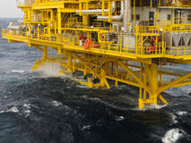 Plate-forme de pétrole et de gaz dans le golfe ou la mer, l'énergie mondiale, construction de pétrole marin et d'installation Photographie stock libre de droits