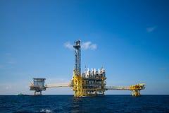 Plate-forme de pétrole et de gaz dans le golfe ou la mer, le pétrole marin et la plate-forme de construction d'installation Photos libres de droits