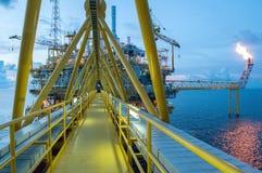 Plate-forme de pétrole et de gaz ou plate-forme de construction au crépuscule photo stock
