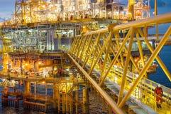 Plate-forme de pétrole et de gaz ou plate-forme de construction au crépuscule photographie stock