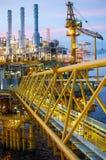 Plate-forme de pétrole et de gaz ou plate-forme de construction au crépuscule photos stock