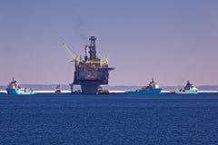 Plate-forme de pétrole marin et de gaz avec des bateaux d'approvisionnement photos stock