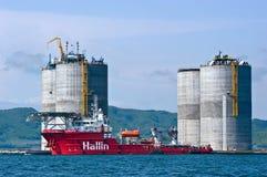 Plate-forme de perçage de base de remorquage de préparation Compartiment de Nakhodka Mer est (du Japon) 01 06 2012 Images libres de droits