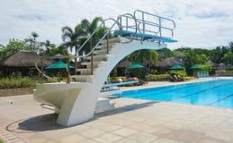Plate-forme de plongée par la piscine Photo stock