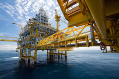 Plate-forme de pétrole et de gaz dedans en mer Images libres de droits
