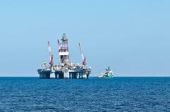 Plate-forme de récipient d'ERRV et pétrolière (stand-by) Image libre de droits