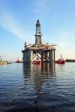 Plate-forme de remorquage dans le port Photo stock